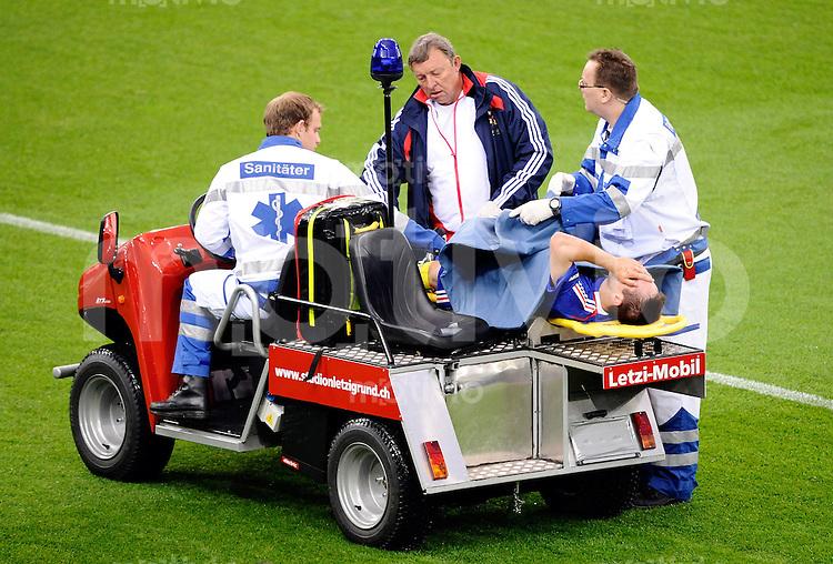 FUSSBALL EUROPAMEISTERSCHAFT 2008  Frankreich - Italien    17.06.2008 Franck Ribery (FRA) wird verletzt antransportiert