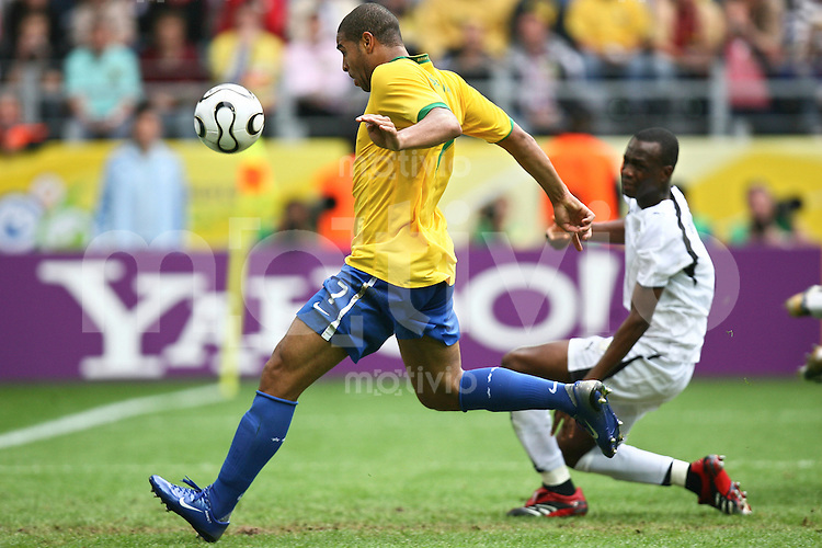 Fussball WM 2006  Achtelfinale  Brasilien - Ghana Tor zum 2:0 Adriano (BRA)li, Llliasu Shilla (GHA)re