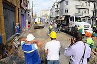 SAO PAULO, SP, 31 DE JANEIRO DE 2012.Funcionarios da Prefeitura limpam a Rua Sao Caetano em quanto pessoas passa para irem fazer compras no Bras.   (FOTO: ADRIANO LIMA - NEWS FREE)