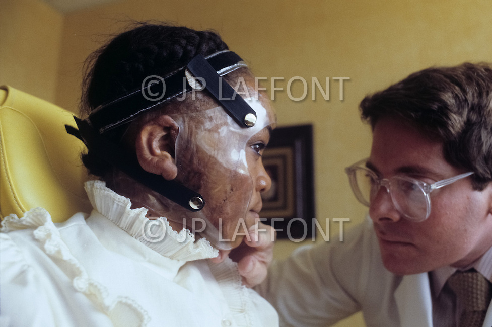 Los Angeles, U.S.A, January, 1983. The Sherman Oaks Hospital, a center  specializing in the treatment of seriously burned patients, is making remarkable progress: the team of Dr. Grossman has perfected several new inventions and some revolutionary treatments. Dr. Feldman explains to Christina Washington,12, how to wear her mask designed by himself.