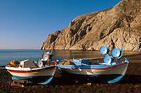 Fischerboote am Strand von Kamari auf der Insel Santorin (Santorini), Griechenland, Europa