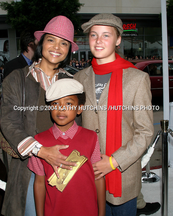 "©2004 KATHY HUTCHINS /HUTCHINS PHOTO.PREMIERE OF ""POLAR EXPRESS"".LOS ANGELES, CA.NOVEMBER 6, 2004..VICTORIA ROWELL.MYA AND JASPER"
