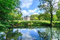 France, Indre-et-Loire (37), Azay-le-Rideau, parc et château d'Azay-le-Rideau au printemps et un des bras de l'Indre