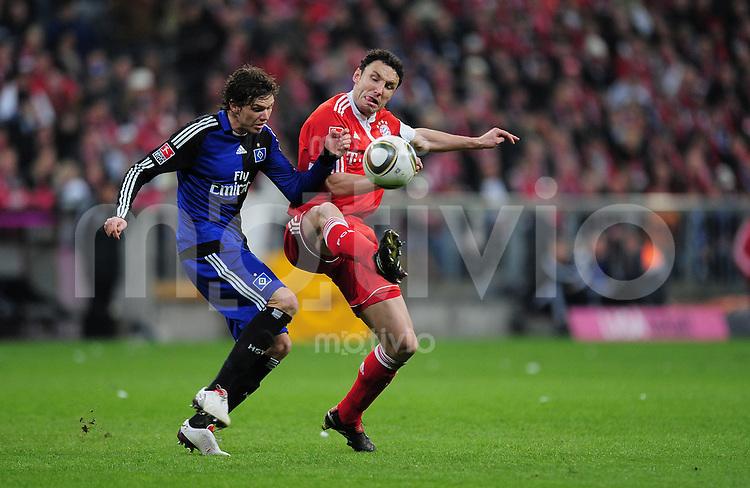 Fussball 1. Bundesliga :  Saison   2009/2010   24. Spieltag   28.02.2010 FC Bayern Muenchen - Hamburger SV  Mark Van Bommel   (re, FCB)  gegen Marcus Berg (HSV)