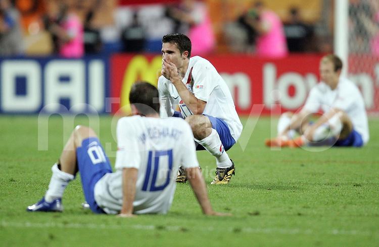 Fussball WM 2006  Achtelfinale   Portugal - Holland ; Portugal - Netherlands  Rafael VAN DER VAART ; Robin VAN PERSIE und Arjen ROBBEN (NED) sitzen enttaeuscht auf dem Spielfeld