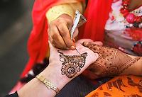 Nederland  Amstelveen 2016. Divali ( Diwali ) viering. Hindoes vieren Divali met veel zang en dans in het stadshart van Amstelveen. Bezoekster krijgt een henna tatoeage.  Foto Berlinda van Dam / Hollandse Hoogte