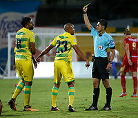 BUCARAMANGA - COLOMBIA - 11 - 11 - 2017: Carlos Mario Herrera, arbitro, muestra tarjeta amarilla a Lewis Ochoa (Izq.), jugador de Atletico Bucaramanga, durante partido entre Atletico Bucaramanga y Rionegro Aguilas, de la fecha 15 por la Liga Aguila II-2017, jugado en el estadio General Santander de la ciudad de Bucaramanga. / Carlos Mario Herrera, referee, shows yelow card to Lewis Ochoa (L) player of Atletico Bucaramanga, during a match between Atletico Bucaramanga and Rionegro Aguilas, for the date 15 of the Liga Aguila II - 2017 at the Genaral Santander Stadium in Bucaramanga city Photo: VizzorImage  / Oscar Martinez  / Cont.