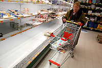 Scaffali vuoti nel supermercato per lo sciopero dei trasporti..Empty shelves in the supermarket for the strike of transport..