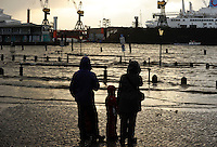 GERMANY Hamburg, storm Xaver, flood at river Elbe, fish market and docks of shipyard Blohm and Voss / DEUTSCHLAND Hamburg, Xaver Sturmflut 6.12.2013, Elbe am Fischmarkt, Dock der Werft Blohm und Voss