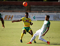 NEIVA, COLOMBIA, 23-04-2017: Elvis Perlaza (Izq) del Atlético Huila disputa el balón con Juan P Nieto (Der) del Atlético Nacional durante partido por la fecha 14 de la Liga Águila I 2017 jugado en el estadio Guillermo Plazas Alcid de la ciudad de Neiva. / Elvis Perlaza (L) player of Atletico Huila fights for the ball with Juan P Nieto (R) player of Atletico Nacional during match for the date 14 of the Aguila League I 2017 played at Guillermo Plazas Alcid in Neiva city. VizzorImage / Sergio Reyes / Cont