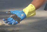 IPOJUCA,PE, 24.10.2019 - VAZAMENTO-ÓLEO - Voluntários trabalham na retirada de óleo da praia de Borete e Cupe em Ipojuca no Estado de Pernambuco nesta quinta-feira, 24. (Foto: Jean Nunes/Brazil Photo Press)