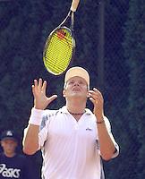 Marcel Reuter uit zijn frustratie in de eerste ronde partij  tegen  Jaap Hunting van de Nationale Tennis Kampioenschappen