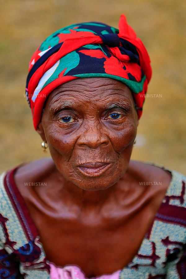 Ghana, Region de la Volta, 21 juin 2012..Portrait de l'une des femmes du reseau de l'Alliance des Veuves.. .Lance en 2007 par la Fondation Mama Zimbi (MZF), le Reseau Alliance Veuves (WANE) emancipe les veuves ghaneennes de leur privation sociale, culturelle et economique. 300 groupements ont ete formes, proposant des formations professionnelles en sante genesique, agriculture, couture, et apiculture. Grace a WANE, ces veuves deviennent agents du progres environnemental, de la sante sexuelle et reproductive de leur 10 collectivites et villes du Ghana...Ghana, Volta Region, June 21st, 2012..Portrait of a woman of the Hikpo Widows Alliance Network...Launched in 2007 by the Mama Zimbi Foundation (MZF), the Widows Alliance Network (WANE) empowers Ghanaian widows on an economic, social and cultural level. 300 groups have been formed, offering job training programs in reproductive health, agriculture, sewing and beekeeping. Thanks to WANE, these widows now play a key role in the environmental progress and in the sexual and reproductive health of their 10 respective Ghanaian communities and towns...