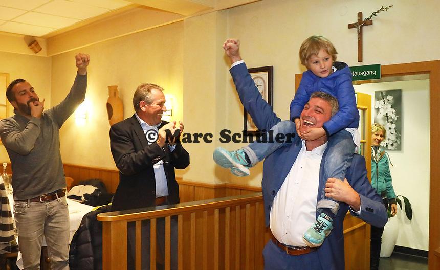B&uuml;ttelborn 28.10.2018: Siegesfeier zur B&uuml;rgermeisterwahl im Volkshaus<br /> Mit seinem Sohn Nick auf den Schultern kommt der siegreiche Bewerber um das Amt des B&uuml;rgermeisters von B&uuml;ttelborn Marcus Merkel (SPD) zur Feier ind Volkshaus<br /> Foto: Vollformat/Marc Sch&uuml;ler, Sch&auml;fergasse 5, 65428 R'heim, Fon 0151/11654988, Bankverbindung KSKGG BLZ. 50852553 , KTO. 16003352. Alle Honorare zzgl. 7% MwSt.