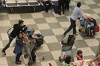 SÃO PAULO,SP,12.07.2015 - FERIADO-SP -Movimentação de passageiros no Aeroporto de Congonhas região Sul de São Paulo na noite deste domingo,12. Retorno de feriado prolongado.(Foto : Marcio Ribeiro / Brazil Photo Press)
