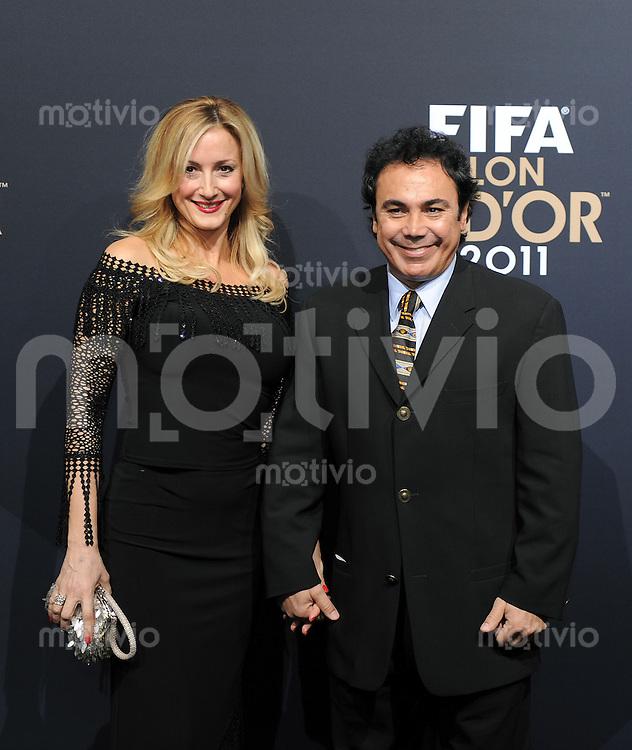 Fussball International  FIFA Ballon d Or / Weltfussballer 2011   09.01.2012 Ex-Fussballer Hugo Sanchez (re, Mexiko) mit Frau Isabel