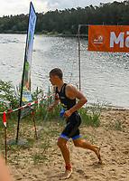 Der spätere, erst 17 Jahre alte Sieger Robin Schüssler (DSW Darmstadt) führte das Feld vom Start weg an und kommt als Erster aus der Badestelle Walldorf - Mörfelden-Walldorf 21.07.2019: 11. MoeWathlon