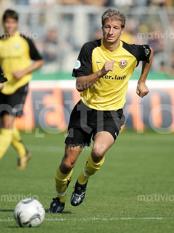 Fussball, Regionalliga, 1. FC Dynamo Dresden - Borussia Dortmund II, Samstag (20.09.06), Rudolf - Harbig - Stadion in Dresden. Dresdens Marco Vorbeck am Ball.