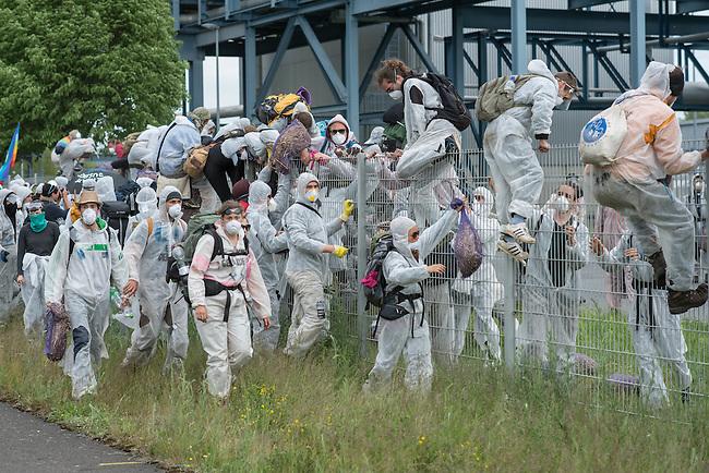 Klimacamp &quot;Ende Gelaende&quot; bei Proschim in der brandenburgischen Lausitz.<br /> Mehrere tausend Klimaaktivisten  aus Europa wollen zwischen dem 13. Mai und dem 16. Mai 2016 mit Aktionen den Braunkohletagebau blockieren um gegen die Nutzung fossiler Energie zu protestieren.<br /> Mehrere hundert Aktivisten stuermten am Nachmittag des 14. Mai das Gelaende des Kraftwerk Schwarze Pumpe. Die Polizei kam nach ca. 20 Minuten auf das Werksgaende und die Aktitivisten vierliessen das Gelaende wieder. Ca. 60 Personen wurden danach von der Polizei festgenommen.<br /> Im Bild: Aktivisten auf dem Kraftwerksgelaende. Sie ueberklettern einen Zaum um vom Gelaende herunter zu kommen.<br /> 14.5.2016, Schwarze Pumpe/Brandenburg<br /> Copyright: Christian-Ditsch.de<br /> [Inhaltsveraendernde Manipulation des Fotos nur nach ausdruecklicher Genehmigung des Fotografen. Vereinbarungen ueber Abtretung von Persoenlichkeitsrechten/Model Release der abgebildeten Person/Personen liegen nicht vor. NO MODEL RELEASE! Nur fuer Redaktionelle Zwecke. Don't publish without copyright Christian-Ditsch.de, Veroeffentlichung nur mit Fotografennennung, sowie gegen Honorar, MwSt. und Beleg. Konto: I N G - D i B a, IBAN DE58500105175400192269, BIC INGDDEFFXXX, Kontakt: post@christian-ditsch.de<br /> Bei der Bearbeitung der Dateiinformationen darf die Urheberkennzeichnung in den EXIF- und  IPTC-Daten nicht entfernt werden, diese sind in digitalen Medien nach &sect;95c UrhG rechtlich geschuetzt. Der Urhebervermerk wird gemaess &sect;13 UrhG verlangt.]