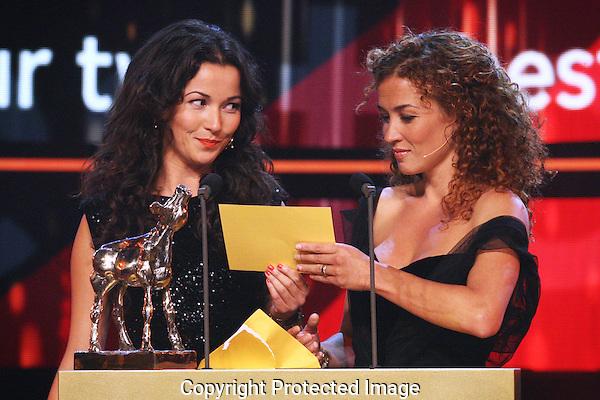 20121005 - Utrecht - Foto: Ramon Mangold - Nederlands Film festival, NFF 2012, Gala van de Nederlandse FIlm. Uitreiking Gouden Kalf voor Beste Acteur Televisiedrama door Birgit (L)- en Katja Schuurman (R).