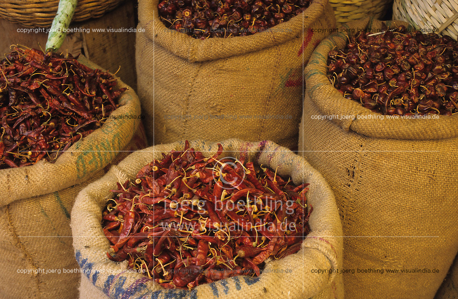 Südasien Asien Indien IND .Chilly in Jutesack auf dem Markt zum Verkauf -  Landwirtschaft Handel Gewürzhandel Chillies Chilli Chillischote Chillischoten Peperoni Pepperoni Schote Schoten Cayenne Pfeffer Cayennepfeffer Paprika Gewürz Gewürze Curry scharf indische Küche Speisen essen verbrennen brennen würzen schärfen Schärfe indisch Inder rot Farbe farbig Jute xagndaz | .South Asia India .chillies on market in Madhya Pradesh  - agriculture trade farming cultivation chilly capsicum cayenne pepper red color colour spice spices spicy hot indian cuisine curry food