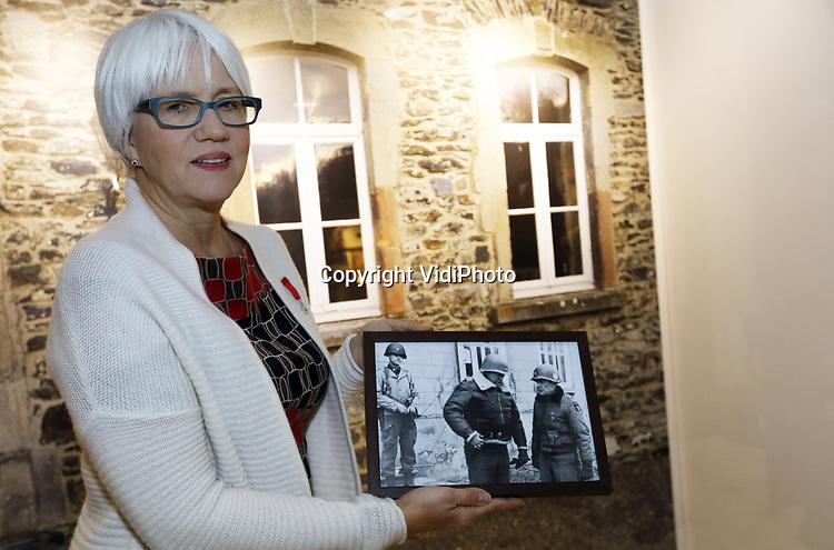 Foto: VidiPhoto<br /> <br /> BASTOGNE - Niet Adolf Hitler was de uitvinder van de Blitzkrieg, maar de Amerikaanse generaal George S. Patton. Dat is de overtuiging van zijn kleindochter, de 57-jarige Helen Patton. De redder van Bastogne was niet alleen de meest succesvolle geallieerde commandant tijdens de Tweede Wereldoorlog, maar ook de meest gevreesde. Foto: Kleindochter Helen Patton toont een foto van haar grootvader (m) en McAuliffe (r) tijdens haar bezoek aan museum Le Mess in Bastogne.