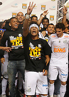 SÃO PAULO, SP,13 MAIO 2012 - CAMPEONATO PAULISTA - SANTOS x GUARANI FINA Neymar  jogadore do Santos comemora Titulo apos  partida Santos x Guarani válido pela final do Campeonato Paulista no Estádio Cicero Pompeu de Toledo (Morumbi), na região sul da capital paulista na tarde deste domingo (13). (FOTO: ALE VIANNA -BRAZIL PHOTO PRESS).