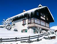 DEU, Bayern, Oberbayern, Berchtesgadener Land, eingeschneites Einfamilienhaus in Staedtchen Berchtesgaden | DEU, Bavaria, Upper Bavaria, Berchtesgadener Land, Berchtesgaden: snow covered residential building