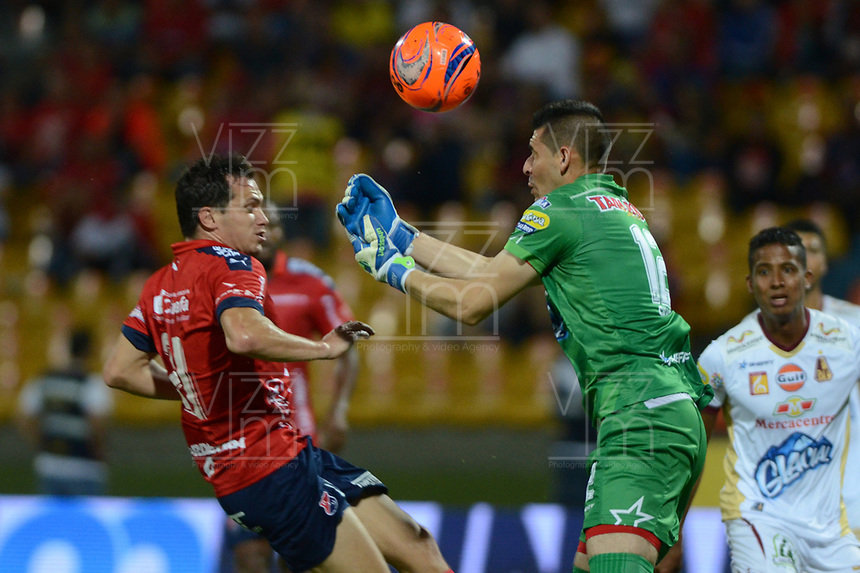 MEDELLÍN -COLOMBIA-23-04-2017: Hernan Hechalar (Izq) jugador del Medellín disputa el balón con Joel Silva (Der) arquero del Tolima durante el encuentro entre Independiente Medellín y Deportes Tolima por la fecha 14 de la Liga Águila I 2017 jugado en el estadio Atanasio Girardot de la ciudad de Medellín. / Hernan Hechalar (L) player of Medellin vies for the ball with Joel Silva (R) goalkeeper of Tolima during match between Independiente Medellin and Deportes Tolima for date 14 of the Aguila League I 2017 at Atanasio Girardot stadium in Medellin city. Photo: VizzorImage/ León Monsalve / Cont