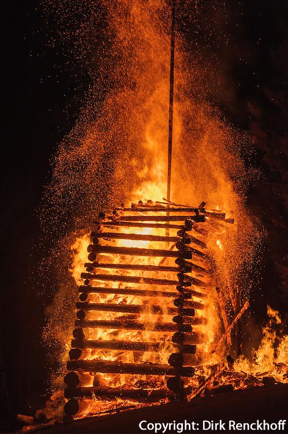 Funken (Funkenfeuer) bei Ofterschwang im Allg&auml;u, Bayern, Deutschland<br /> Funken (Fire) near Ofterschwang, Allg&auml;u, Bavaria, Germany
