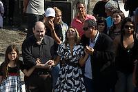 Rio de Janeiro,17 de  junho de 2012 -Na foto filha adotiva Tamires. O corpo da irm&atilde; de Angela Bismarchi,escriv&atilde; da pol&iacute;cia federal, Angelina Filgueiras dos  santos, de 42 anos &eacute; enterro no in&iacute;cio da  tarde deste domingo(17) no cemit&eacute;rio de inha&uacute;ma, zona norte do Rio de Janeiro.<br /> Guto Maia / Brazil Photo Press