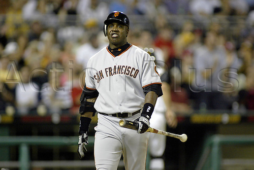 10 August 2004: Barry Bonds of the San Francisco Giants during the Giants 8-7 loss to the Pittsburgh Pirates at PNC Park in Pittsburgh, PA. Photo: Jason Cohn/actionplus...040810.baseball