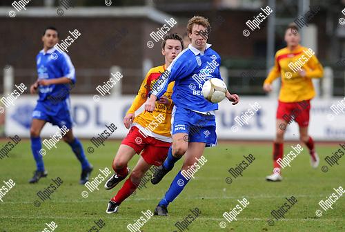 2011-01-23 / Voetbal / seizoen 2010-2011 / KFC Duffel - Wijgmaal / Jeroen Steenwegen met Senne De Swert (Duffel) achter zich..Foto: mpics