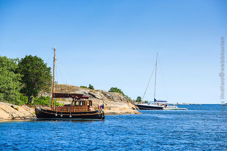 Båtar vid klippa på Biskopsö i Stockholms skärgård/ Stockholm archipelago Sweden