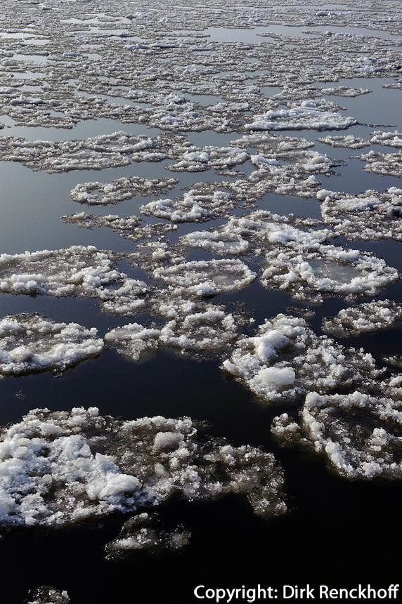 Eischollen auf der Elbe in Hamburg-Blankenese, Deutschland