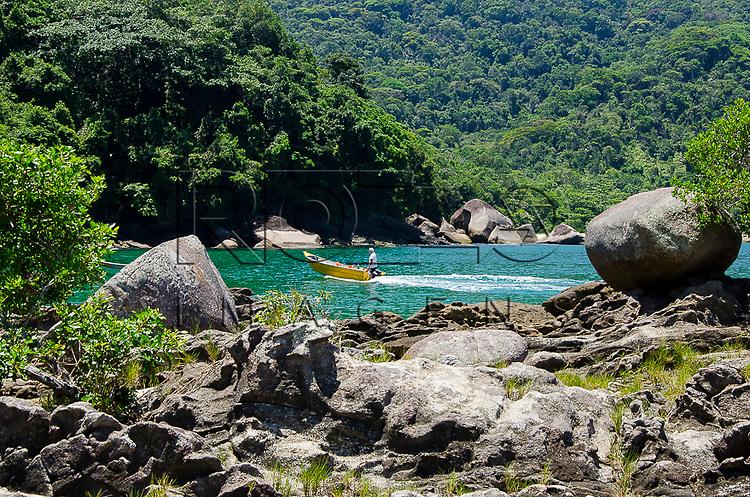 Rochas na piscina natural do Cachadaço, Vila de Trindade - Paraty- RJ, 12/2013.