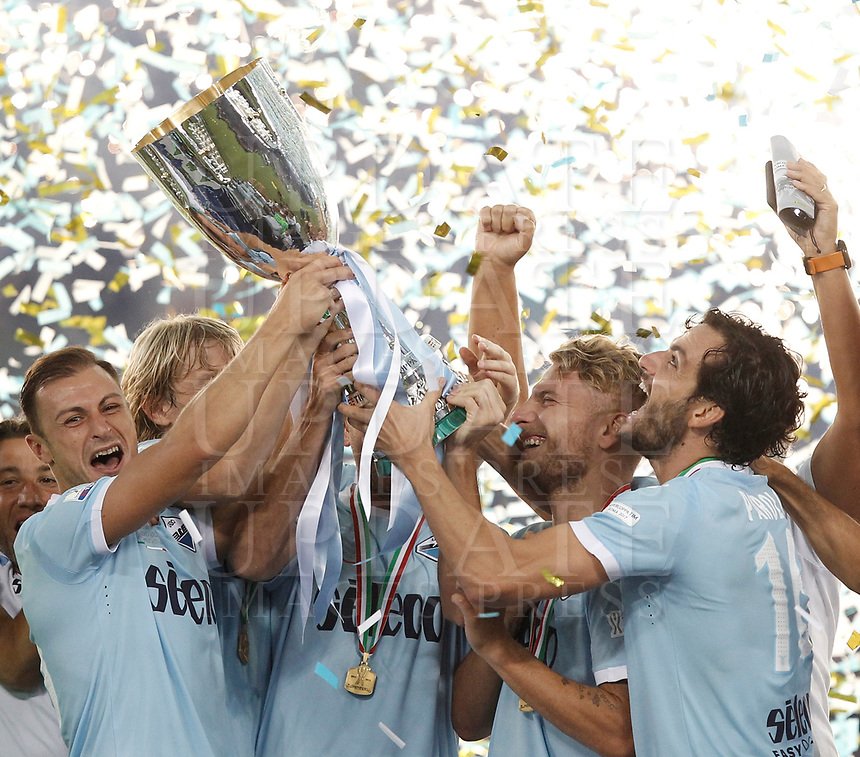 Calcio, Football - Juventus vs Lazio Italian Super Cup Final  <br /> Lazio's players celebrate with the trophy after winning the Italian Cup Final match at Rome's Olympic stadium, on August 13, 2017.<br /> UPDATE IMAGES PRESS/Isabella Bonotto