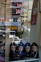 Una vetrina di un negozio di abbigliamento da donna. Normal life in Tehran.