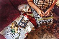 UKRAINE, 08.2015, Kiew. Ukrainisch-russischer Konflikt um die Ostukraine: Kriegerwitwen und andere weibliche Freiwillige knuepfen aus Stoffresten Personentarnnetze fuer im Osten kaempfende Scharfschuetzen der ukrainischen Truppen. | Ukrainian-Russian conflict regarding Eastern Ukraine: War widows and other female volunteers produceing personal camouflage nets for Ukrainian snipers fighting in the East. © Arturas Morozovas/EST&OST