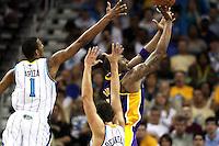 NWO11. NEW ORLEANS (EEUU), 24/04/2011.- Los jugadores de los Hornets de New Orleans Trevor Ariza (i) y Marco Belinelli (c) intentan bloquear a Kobe Bryant (d de los Lakers de Los Ángeles hoy, domingo 24 de abril de 2011, en un partido de la NBA disputado en el New Orleans Arena en New Orleans (EEUU). EFE/DAN ANDERSON/PROHIBIDO SU USO PARA CORBIS