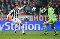 FUSSBALL  CHAMPIONS LEAGUE  VIERTELFINALE  HINSPIEL  2012/2013      FC Bayern Muenchen - Juventus Turin       02.04.2013 Torwart Manuel Neuer (re, FC Bayern Muenchen) rettet vor Alessandro Matri (li, Juventus Turin)