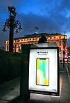 Anuncio luminoso de lançamento de novo iPhone, centro de Sao Paulo. 2017. Foto © Juca Martins.