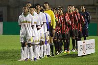 CURITIBA, PR, 15 DE MARÇO 2012 – ATLÉTICO-PR X SAMPAIO CORRÊA-MA – Jogadores do Atlético e do Sampaio Corrêa (branco), durante o segundo jogo da primeira fase da Copa do Brasil. A partida aconteceu na noite de quinta-feira (15), na Vila Capanema, em Curitiba. <br /> (FOTO: ROBERTO DZIURA JR./ BRAZIL PHOTO PRESS)