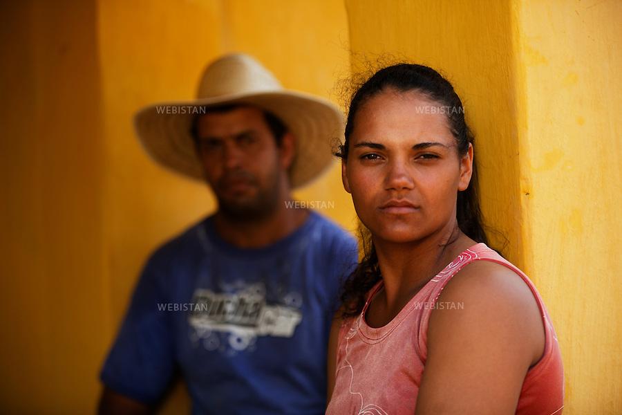 Bresil, etat Minas Gerais, Muzambinho (Nord de Sao Paulo), 30 octobre 2012.<br /> <br /> Fazenda (ferme, exploitation de cafe) Nossa Senhora da Aparecida  ( Notre-Dame de l&rsquo;Apparition ), membre du programme Nespresso AAA&nbsp; : portrait d'Andrea Graziele Silva et son mari Anderson Aparecido da Silva devant leur maison.<br /> La fazenda possede des logements, petites maisons ouvrieres situees dans l'enceinte de la propriete, qu'elle met a la disposition de ses ouvriers.<br /> Reportage les Chants de cafe_soul of coffee, realise sur les acteurs terrain du programme de developpement durable Triple AAA de Nespresso.<br /> <br /> Brazil, Minas Gerais, Muzambinho, (North of Sao Paulo), October 30, 2012 <br /> <br /> Fazenda (a coffee farm within a plantation), Nossa Senhora da Apareida (Our Lady of Aparecida), a member of the Nespresso AAA program: A portrait of Andrea Graziele Silva, and her husband Anderson Aparecido da Silva, in front of their home. The fazenda owns small houses on the property that are available to the workers. <br /> Assignment: les Chants de cafe_ Soul of Coffee, implemented on the fields of Nespresso&rsquo;s AAA Sustainable Quality Program.