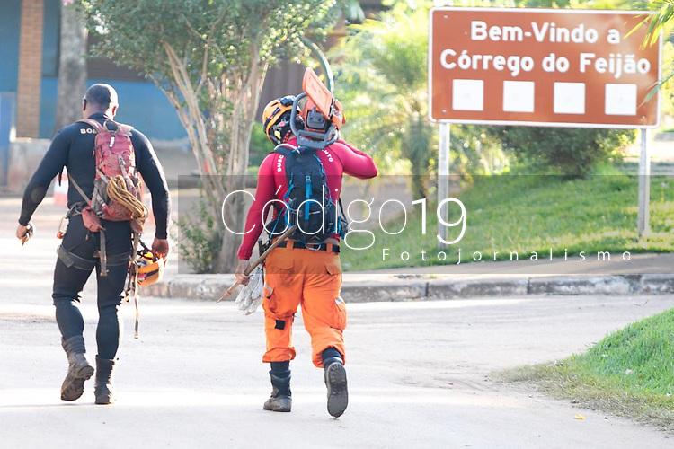 BRUMADINHO, MG, 29.01.2019:ROMPIMENTO DA BARRAGEM EM BRUMADINHO. Bombeiros trocam de turno apos horas de trabalho pesado apos desastre ambiental na represa da Cia Vale, em Corrego do Feijao-Brumadinho, região metropolina de Belo Horizonte, MG, na manhã desta terça feira (29) (foto Giazi Cavalcante/Codigo19)