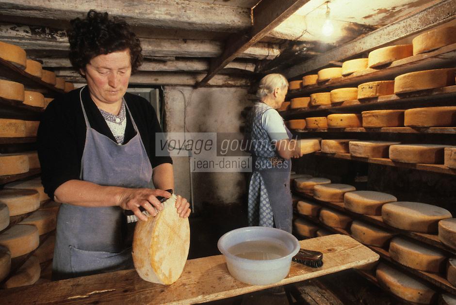 Europe/France/Midi-Pyrénées/09/Ariège/Env. de Castillon-en-Couserans/Ayet: Salage des fromages de bethmale en cave<br /> PHOTO D'ARCHIVES // ARCHIVAL IMAGES<br /> FRANCE 1980