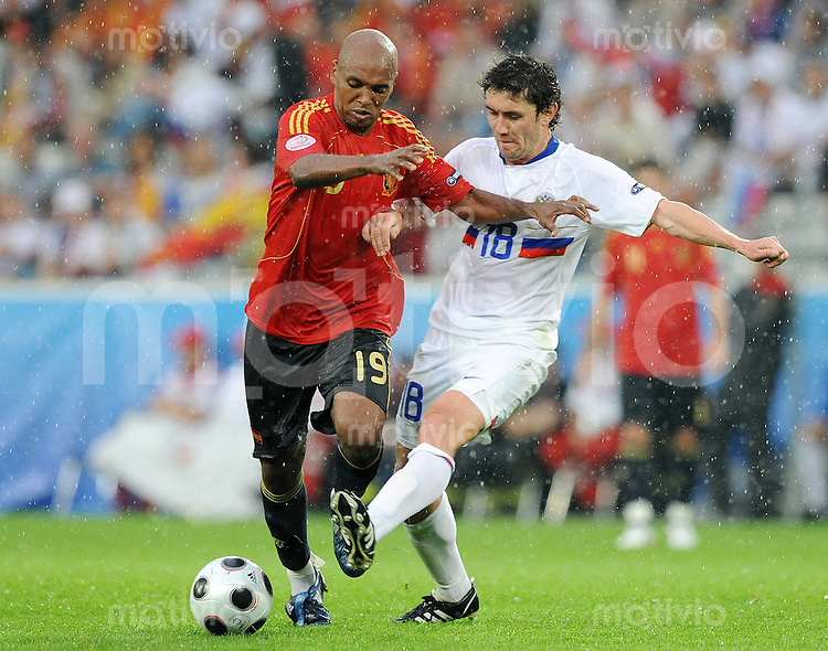 FUSSBALL EUROPAMEISTERSCHAFT 2008  Spanien - Russland    10.06.2008 Marcos SENNA (ESP, l) gegen Yuri ZHIRKOV (RUS).