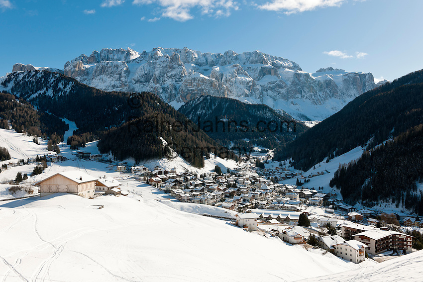 Italy, Alto Adige, South Tyrol, Val Gardena, Selva di Val Gardena: popular wintersport resort and Gruppo del Sella mountains   Italien, Suedtirol, Groednertal, Wolkenstein: beliebter Wintersportort vor Sella Gruppe