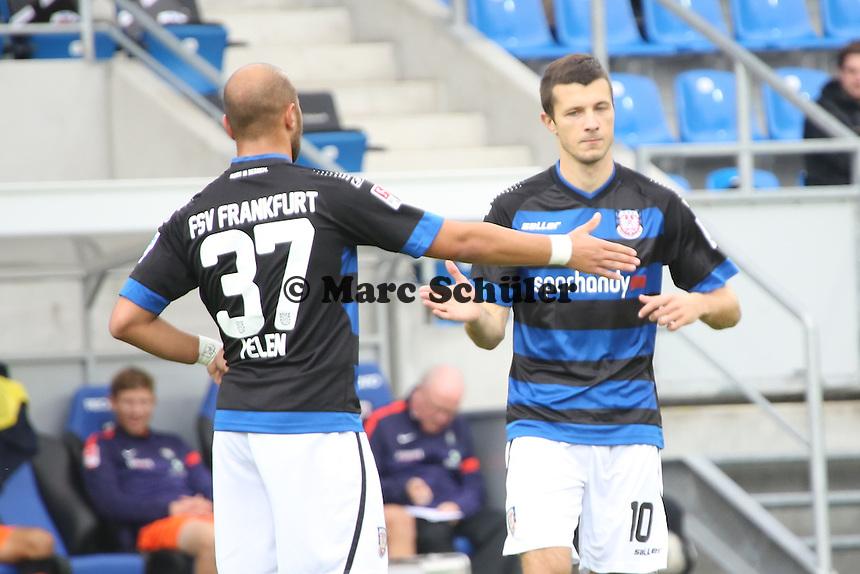 Nikita Rukavytsya kommt  und klatscht mit Zafer Yelen (FSV) ab - FSV Frankfurt vs. FC Erzgebirge Aue, Frankfurter Volksbank Stadion