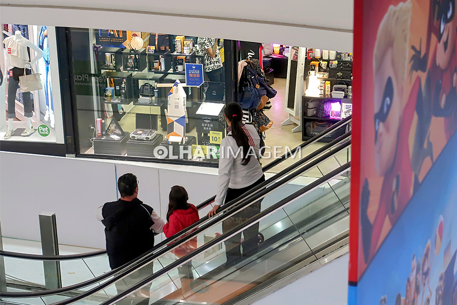 Consumidores no Shopping Center West Plaza, Sao Paulo. 2018. Foto de Juca Martins.